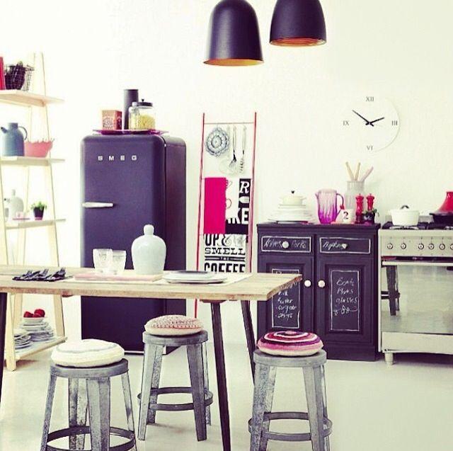 Szuper párosítás a lila szín egy retró konyhában!