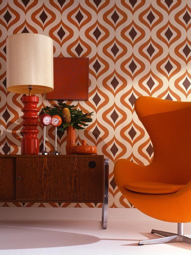 Kerekített, színes fotel és élénk színes berendezési tárgyak, egy előszobát is pillanatok alatt feldobnak