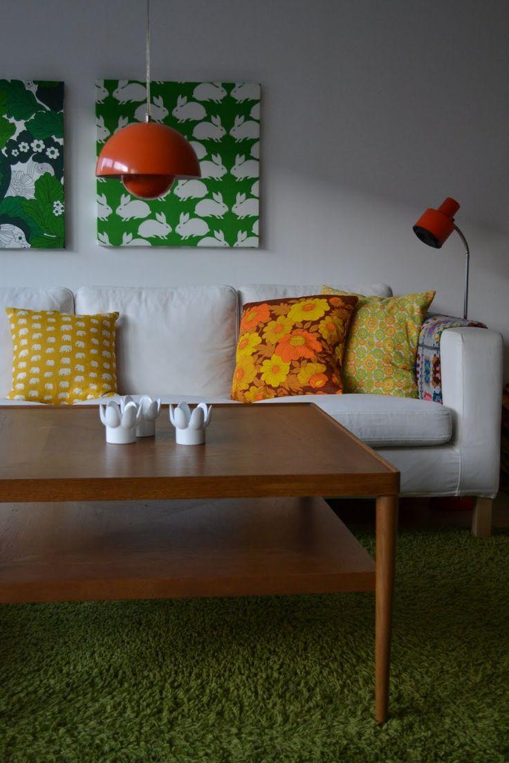 A gömbölyített lámpabura elviszi ezt a nappalit. De azért a nyuszis képek sem semmi.