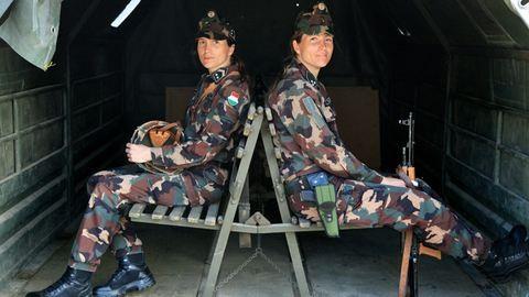 Mi szó szerint együtt működünk – Adrienn és Tamara ikrek és katonák