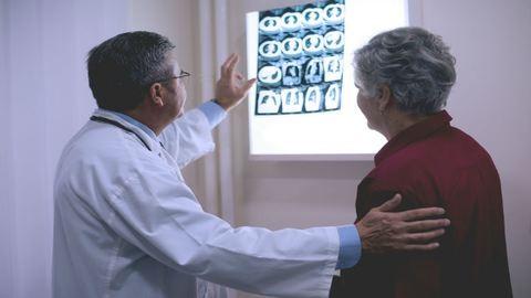 Függ az orvos korától is, hogy meddig él a betege