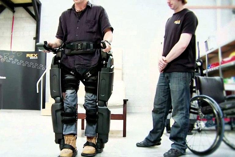 Ilyen és ehhez hasonló exoskeletonokat lehet majd vezérelni az elektródahálóval (Fotó: Rex Bionics)