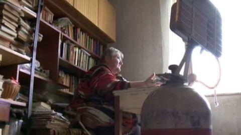 A szomszédoktól kap enni a düledező házban élő nyugdíjas asszony