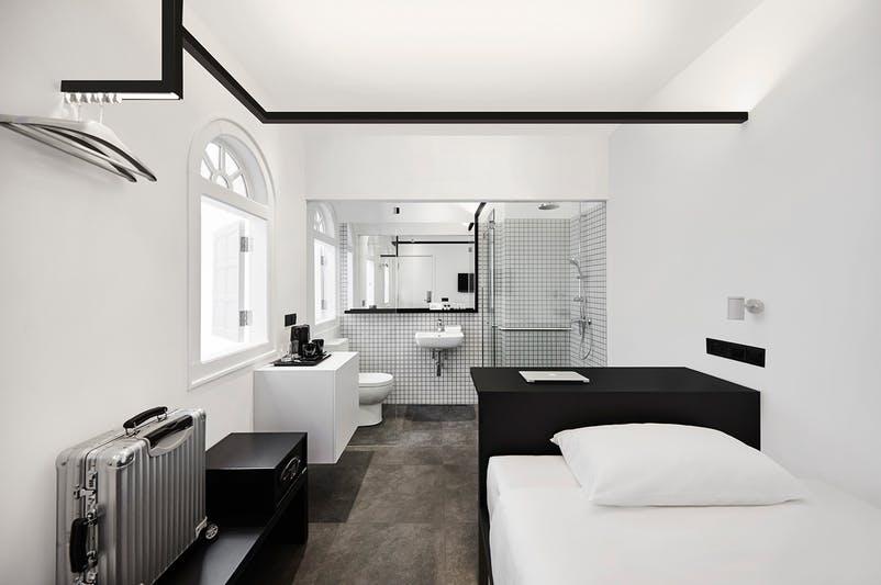 Megnyílt a világ első fekete-fehér szállodája