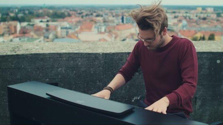Bámulatosan zongorázik Péter a 14 emeletes tetején
