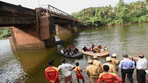 Leszakadt a híd az öngyilkosjelöltért izguló tömeg alatt