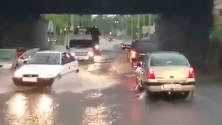 Így úszott a BKV-busz a budapesti árvízben