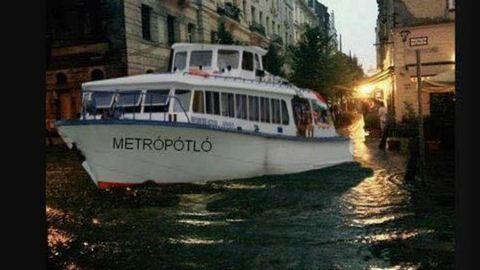 Égszakadás, földindulás: remek mémek készültek a budapesti özönvízről