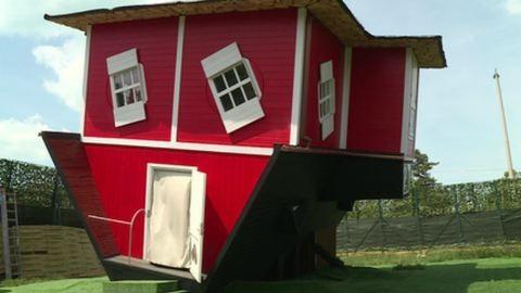 Hihetetlen: tetővel lefelé épült egy ház Balatonszéplakon