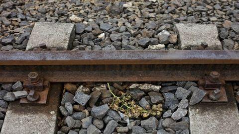 Keresik a lányt, aki egy vonat elé lépett, majd elfutott