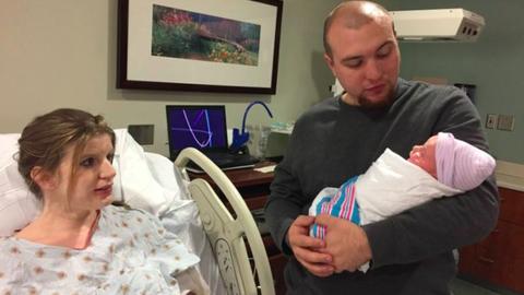 Az apa egyszerre ünnepli babája születését, és gyászolja feleségét