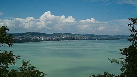 Komoly bajba került a Balatonon egy kishajó és egy csónak