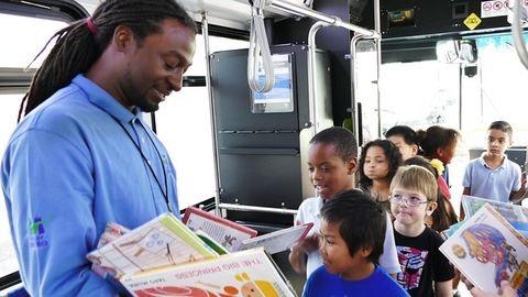 Több ezer könyvvel lepte meg az iskolásokat a jó fej buszsofőr