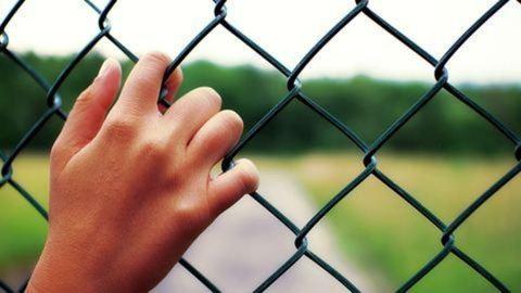 Egy általános iskola kerítésénél mutogatta magát egy férfi