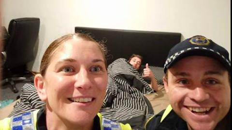 A rendőröknek köszönheti élete legjobb szelfijét a részeg srác