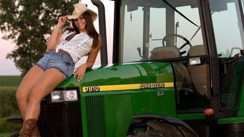 Gyönyörű lány traktoron, ő lett az év Gazdász Szépe – fotók