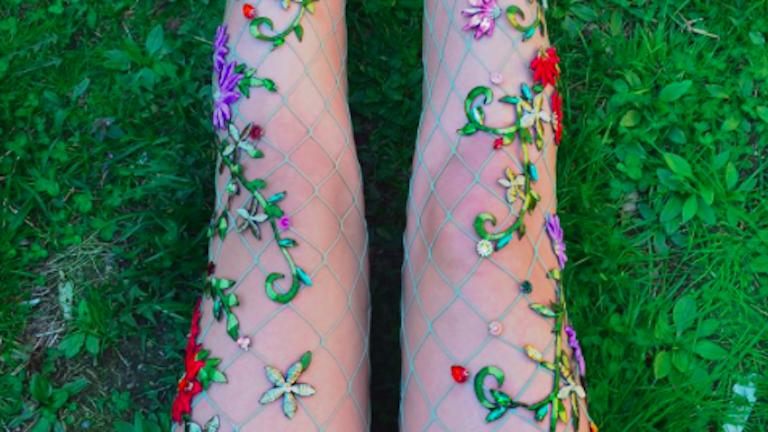 Virágdíszes neccharisnyákért őrül meg az Instagram