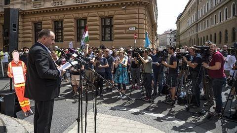 Utcára vonultak a mentősök Budapesten