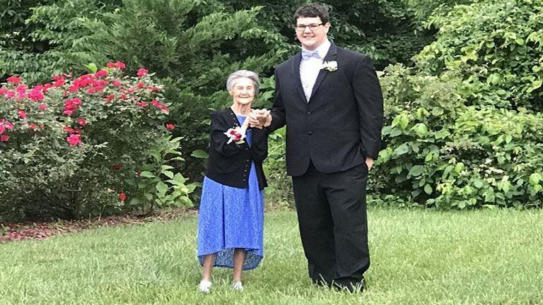 Szalagavatóra vitte az unoka a halálos beteg nagymamát