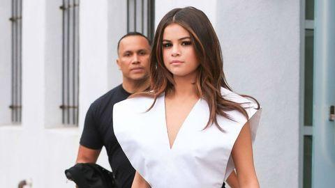 Kivillantak Selena Gomez mellei