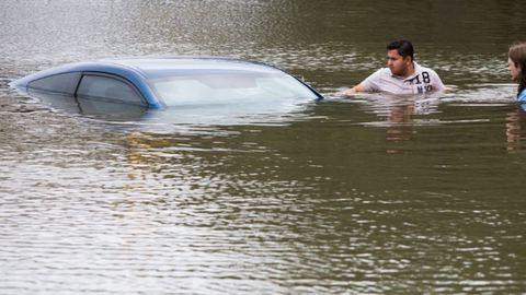 Vízzel teli gödörbe esett egy autó Kőbányán - fotók