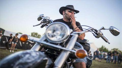 Nem bírták elviselni, megdobálták Dévényi Tibi bácsit a Harley-fesztiválon