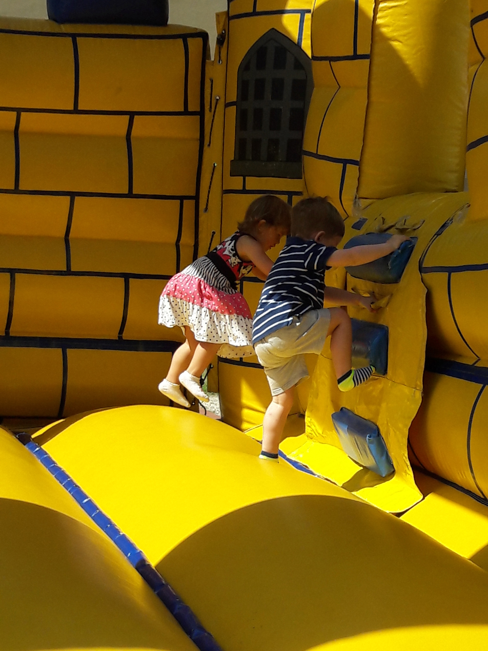 Sorban állás az ordító kétévessel: éljenek az ingyenes gyerekrendezvények!