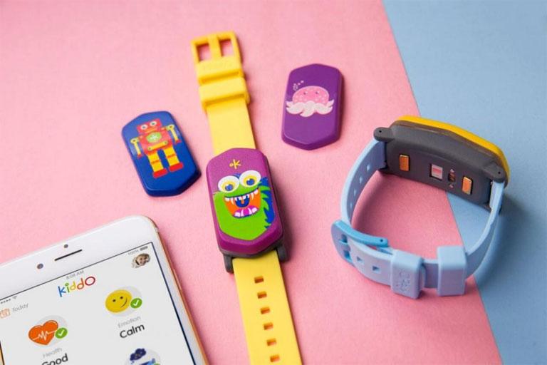 A gyerekeknek szánt fitneszkarkötő színes előlapját cserélgetni is lehet (Fotó: Good Parents Inc.)