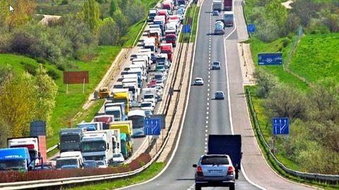 M3: Torlódik a forgalom Gödöllőnél, kamionok ütköztek