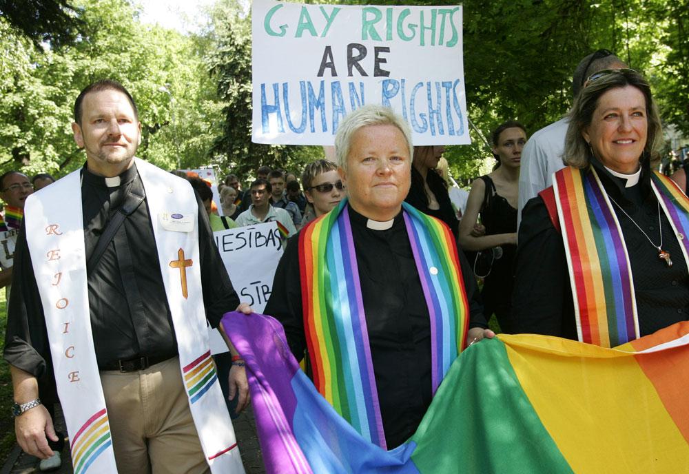 A Metropoitan Egyház papjai a lettországi Gay Pride felvonuláson (Fotó: Janek Skarzinsky/AFP)