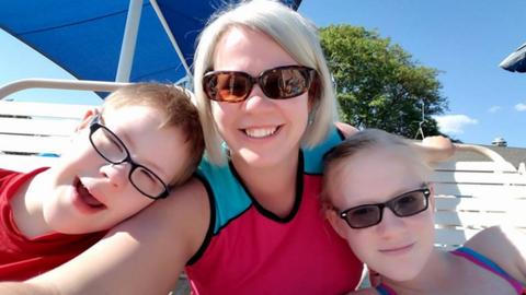 Megalázták a Down-szindrómás kisfiút az uszodában, nyílt levelet írt az édesanyja