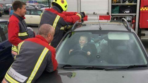 Tűzoltókat kellett hívni a gyerekhez, aki bezárta magát az autóba