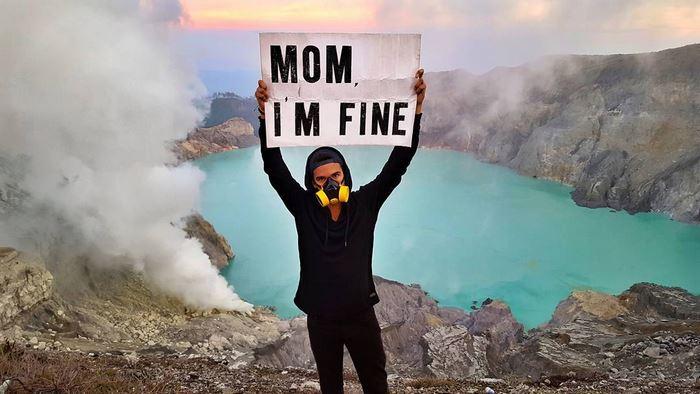 Világkörüli útja minden pontjáról megnyugtató üzenetet küld az anyjának egy srác