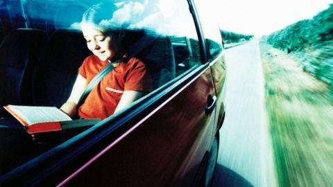 Ezért leszel rosszul, ha az autóban olvasol