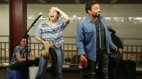 Kijössz a metróból, és Miley Cyrus énekel
