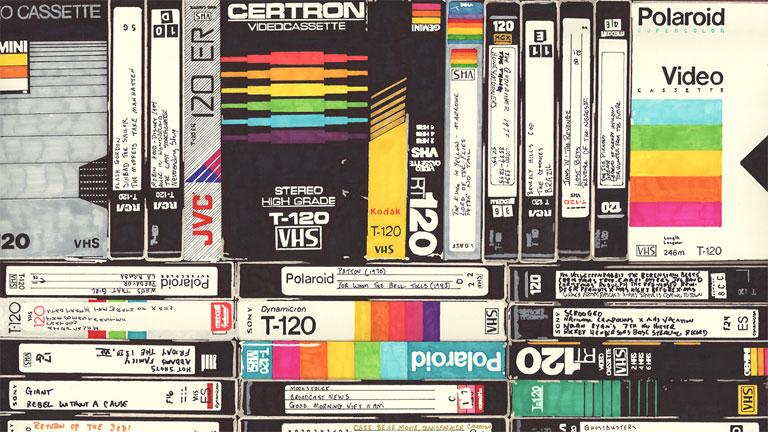 Régebben sok lakásban megszokott látvány volt a VHS kazettáktól roskadozó polc (Fotó: Tumblr)