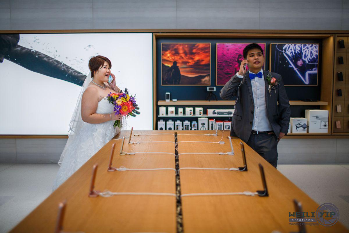 Egy Apple boltban készítette az esküvői fotóit ez a pár