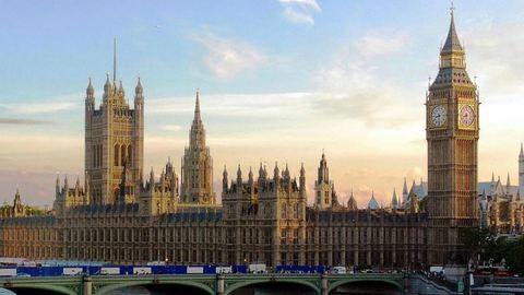 Késsel járkált egy férfi a londoni parlamentnél