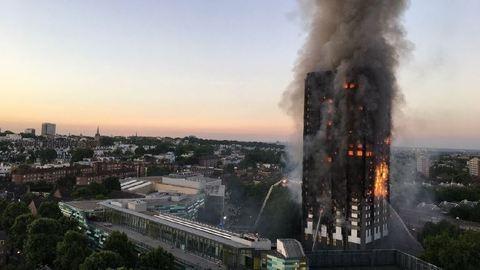Londoni tűzvész: berontottak a tiltakozók a kerületi tanács épületébe