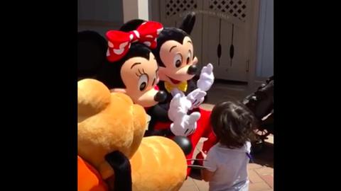 Megható: jelbeszéddel kommunikáltak a Disney-figurák a siket kisfiúval
