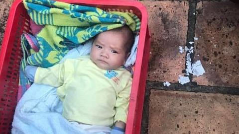 El sem mozdult két hónapos öccse mellől a kisfiú, miután anyjuk sorsára hagyta őket