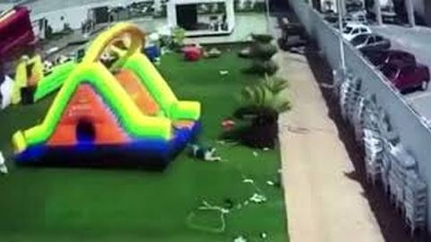 Felkapta a szél az ugrálóvárat, két kislány kórházba került