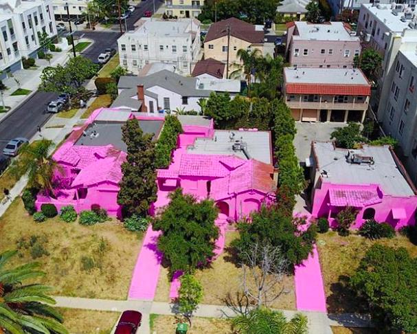 Kiakadtak a szomszédok a rózsaszín házzal szelfiző turistákra