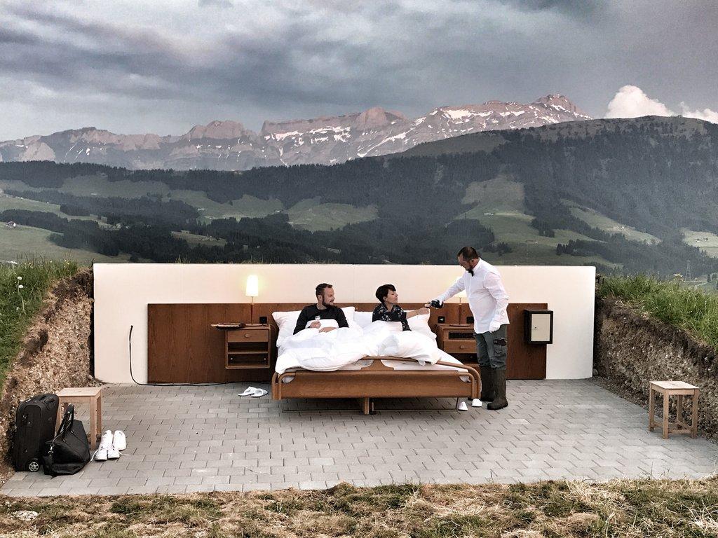 Csak épp tető nincs a luxus hotelszoba felett a svájci Alpok közepén