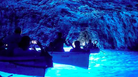 Ebben a csillogóan kék, olaszországi barlangban egy másik bolygón érezheted magad