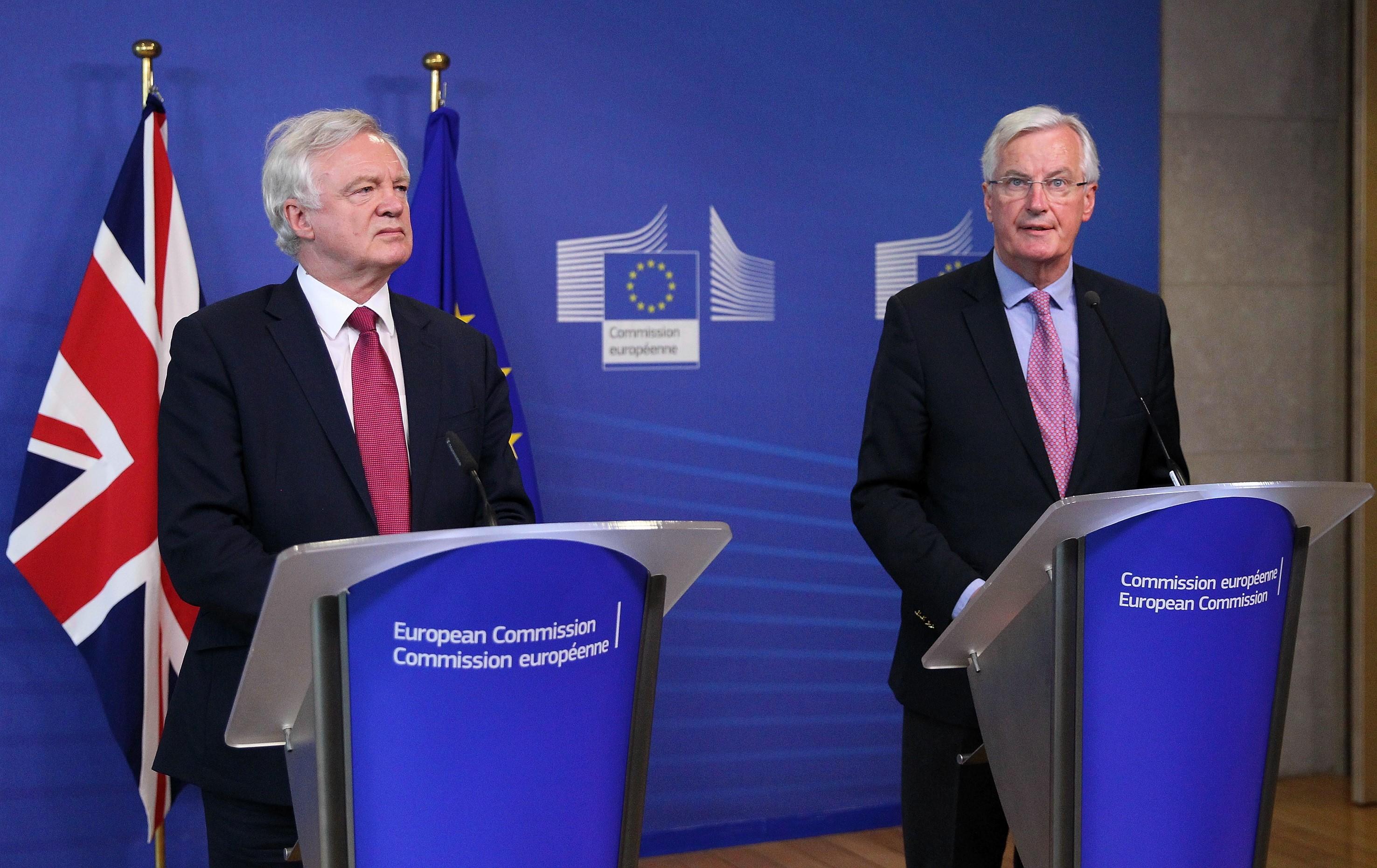 David Davis (a baloldalon) és Michel Barnier.