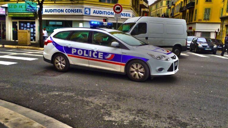 Rendőrautóra támadtak Párizsban - frissítve!