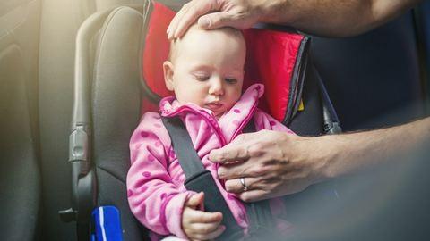 Mi a fenét gondolhat az a szülő, aki a gyerekét a parkoló autóban hagyja?