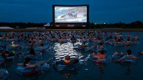 Autósmozi helyett medencés moziból nézheted a Cápát