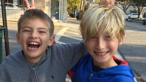 Két nyolcéves kisfiú rákkutatásra költi a pénzt, amit viccekkel keresnek